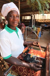 Woman Artisan Weaving on a small loom in Burkina Faso © ITC Ethical Fashion Initiative (1)